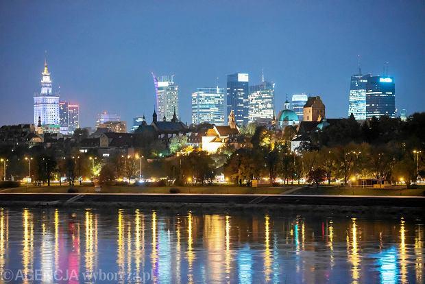 Nocna panorama Warszawy. Widok z Pragi na lewy brzeg