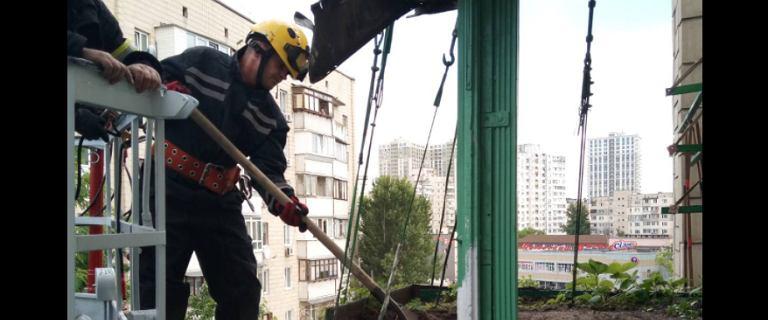 Ukraina. Wysypał na balkonie tonę ziemi, bo chciał uprawiać truskawki