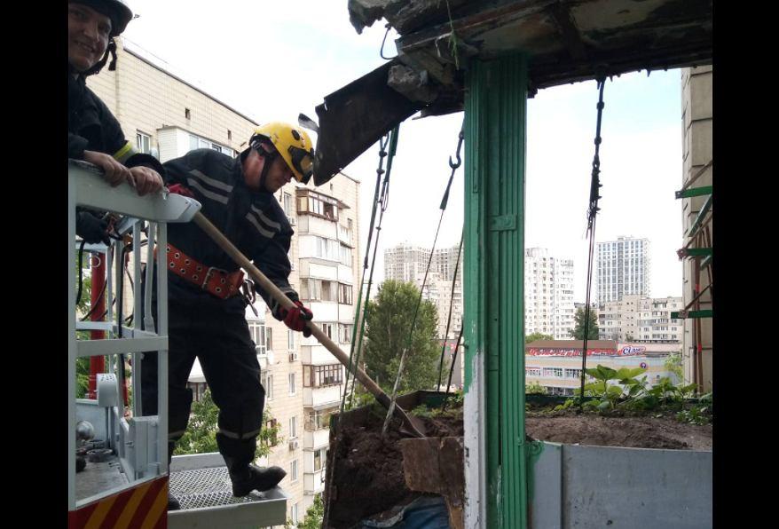 Ukraina. Mężczyzna wysypał na balkon tonę ziemi. Konstrukcja runęła