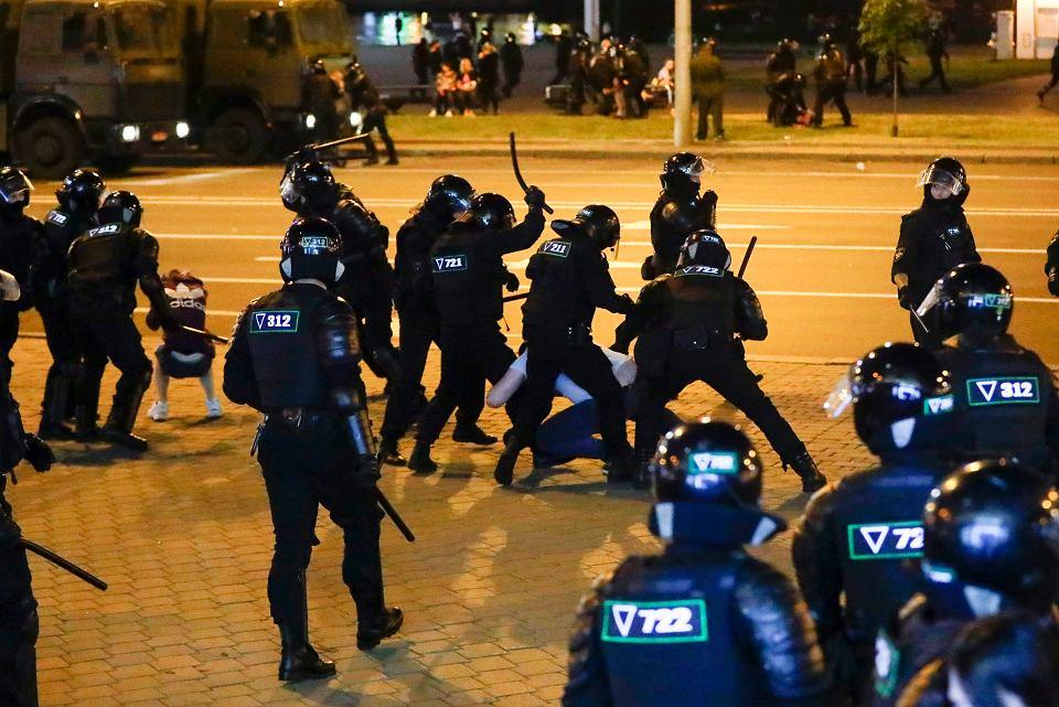 Milicjanci biją demonstrantów w Mińsku, 10 sierpnia 2020 r.