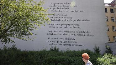 Poznań, pl. Kolegiacki. Mural z wierszem Wisławy Szymborskiej 'Chmury'. Część projektu 'Poezja jest tym, co rodzi się z życia'