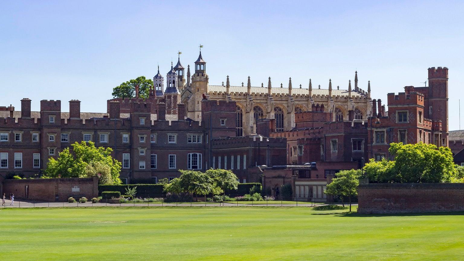 Eton College - jedna z najbardziej prestiżowych szkół z internatem. Uczyli się w niej: Alex Renton, Boris Johnson, George Orwell, Aldous Huxley