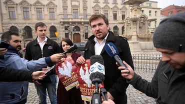 Marek Zakrzewski, prezes szczecińskiego oddziału Stowarzyszenia KoLiber, podczas konferencji prasowej na temat Szczecińskiego Marszu Niepodległości.