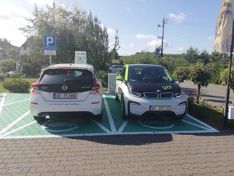 Elektryczne BMW i3 oraz Nissan Leaf na stacji ładowania w Rykach