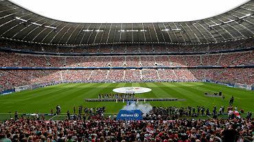 """Na stadionie Allianz Arena w Monachium, w obecności 65,5 tys. kibiców, odbyła się prezentacja piłkarzy Bayernu przed nowym sezonem. Kibice głośnymi brawami przywitali Roberta Lewandowskiego. """"To niesamowite i fantastyczne, że wszystkie wejściówki zostały sprzedane"""" - powiedział prezes klubu Karl-Heinz Rummenigge. Dochód w wysokości 327 750 euro zostanie przekazany na cel charytatywny."""