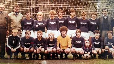 Na zdjęciu od lewej: Stoją: Wacław Majewski (prezes klubu, zmarł we wrześniu tego roku), Janusz Mincewicz (kierownik drużyny), Danuta Zgryźniak (najlepsza strzelczyni w historii Czarnych, pracownica  sortowni w KWK Czerwionka), Wanda Waniek (biła rogale w stylu Deyny), Marzena Jamrozy (grała potem w Belgii, gdzie była czołową piłkarka ligi, pracuje jako wychowawca w więzieniu w Brugii), Barbara Orlicka, Zofia Wojtas (karierę zaczynała jak Marek Motyka, jej sąsiad, w Koszarawie Żywiec, grała w Belgii do prawie 50 lat, wyszła tam za mąż, mieszka nad Morzem Północnym koło Ostendy), Anna Latoszek, Bogumiła Mirek (siostra piłkarza Szmobierek Bytom), Zbigniew Kubicki (trener) W dolnym rzędzie: Krystyna Ochman, Zofia Klim, Beta Trąbczyńska, Anna Baldowska, Lidia Wypych (mieszka i pracuje w Belgii, gdzie grała ), Jolanta Szewczyk,wnuczek prezesa, Hanna Wellman, Teresa Flisek