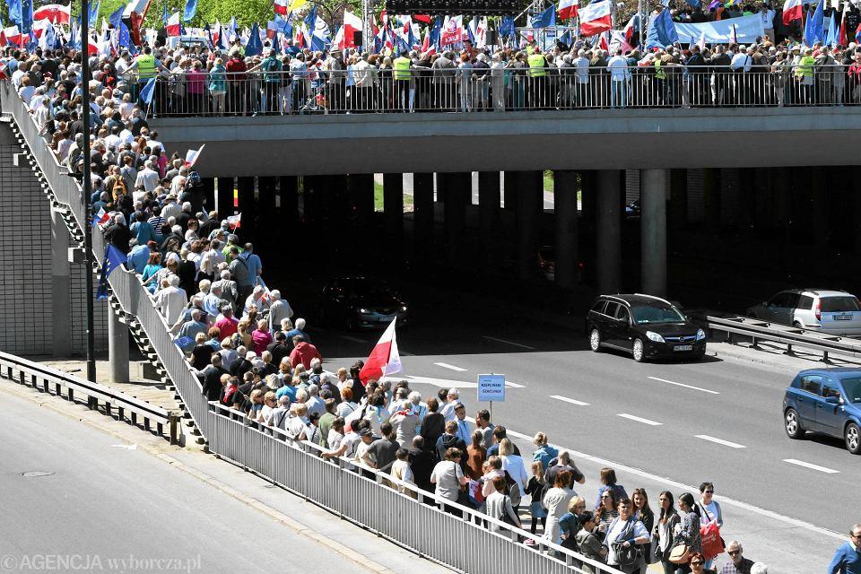 Demonstranci na sobotnią manifestację KOD i opozycji w Warszawie przyjechali z całej Polski. W demonstracji, największej po 1989 r., wzięło udział 240 tys. osób