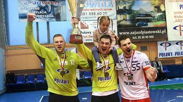 Azoty Puławy - Pogoń Szczecin 41:29. Z brązu cieszą się od lewej: Vilius Rasimas, Wadim Bogdanov i Aliaksandr Tsitou