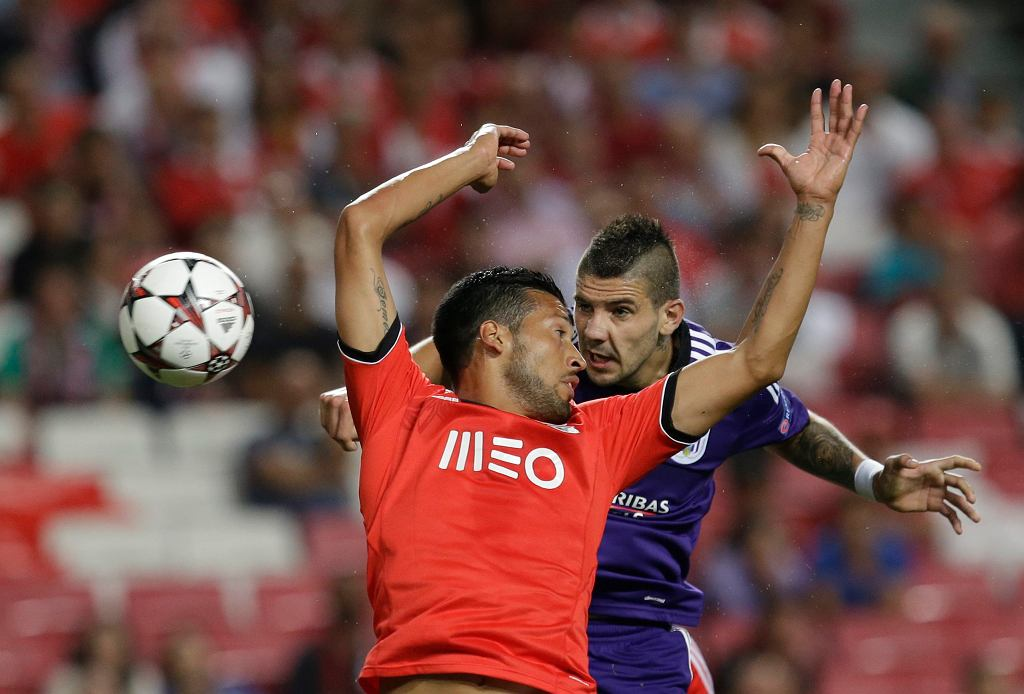 Ezequiel Garay z Benfiki i Alexandar Mitrović z Anderlechtu mieli w powietrzu okazję zajrzeć sobie głęboko w oczy. I to z bliska.