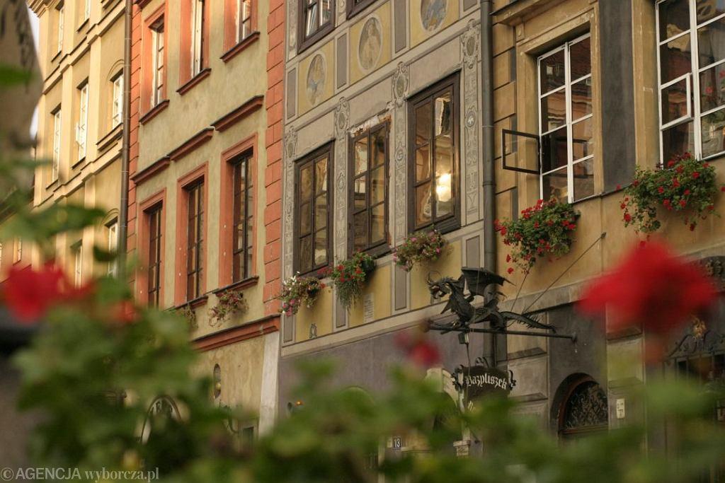 VARŠAVA - WARSZAWA. Zrównana z ziemią w czasie II wojny światowej Warszawa prawie niczym nie przypomina dziś starej, przedwojennej stolicy. Złośliwi mawiają, że to miasto nie ma duszy, ale wystarczy pobyć tutaj dłużej, by szczerze się w nim zakochać. Najłatwiej w pociętym uliczkami Starym Mieście, które w ciągu tylko 5 lat odzyskało dawny wygląd, a sporo później zostało wpisane na listę UNESCO. To jedyny na świecie przykład kompletnej odbudowy zabytków, powstałych między XIII a XX wiekiem. Spacerując w cieniu kamienic, ma się wrażenie, że Stare Miasto stanowi oddzielne miasteczko. / Warszawa starówka/fot. Kamil Gozdan AG