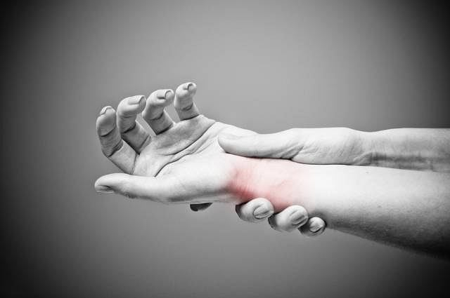Złamanie Collesa, czyli złamanie dalszej nasady kości promieniowej w większości przypadków jest konsekwencją upadku