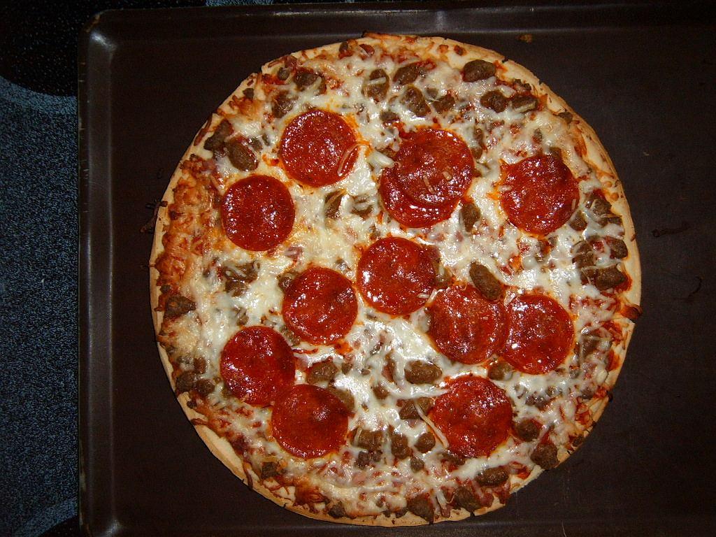 Mrożona pizza to szybki i tani posiłek, ale niekiedy jej smak pozostawia wiele do życzenia