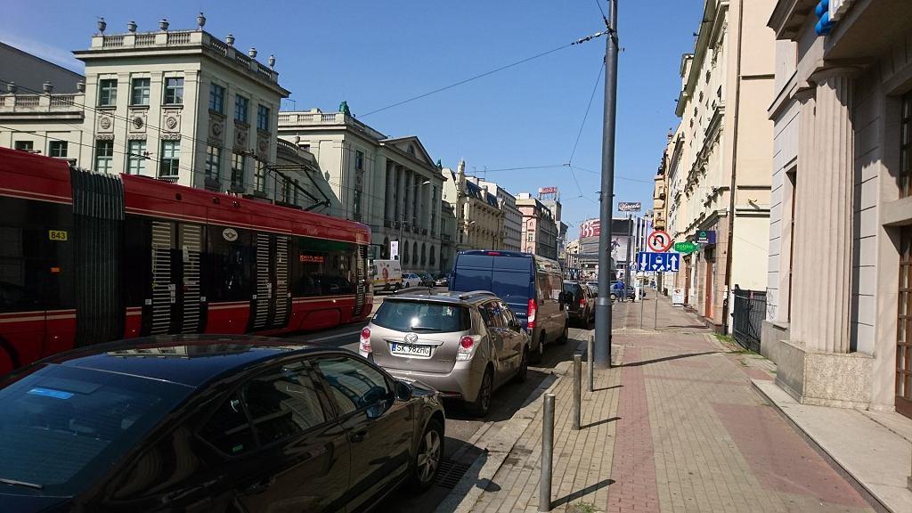 Na tym odcinku ul. Warszawskiej samochody powinny teraz parkować równolegle do jezdni