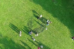 Tak powstawał krąg z butelek w Parku Bródnowskim [WIDEO Z DRONA]
