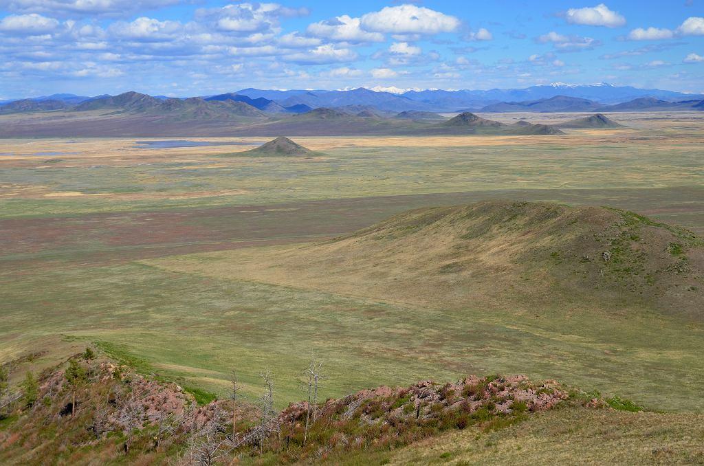 Stepowy krajobraz 'syberyjskiej Doliny Królów' w Republice Tuwy w Rosji.