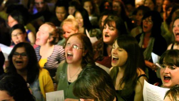 Chór nieznajomych w pubie zaśpiewał przebój Cher 'Believe'