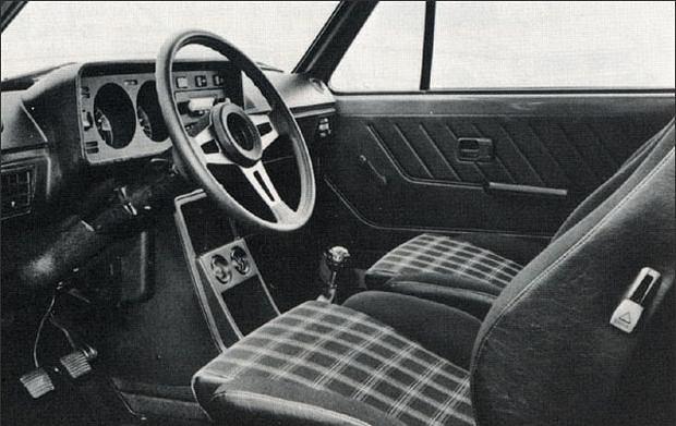 Wnętrze Golf GTI z charakterytyczną tapicerką