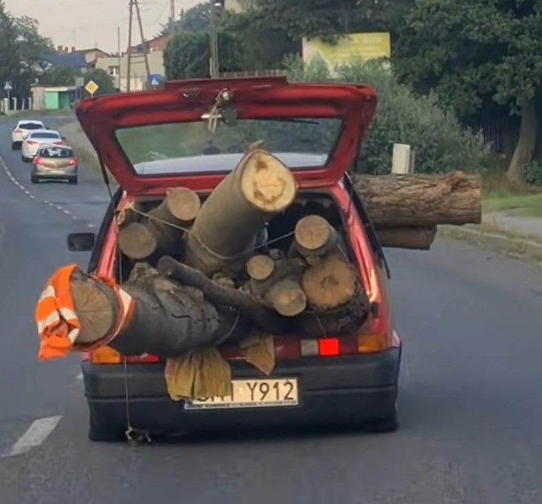 Cinquecento załadowane pniami drzew