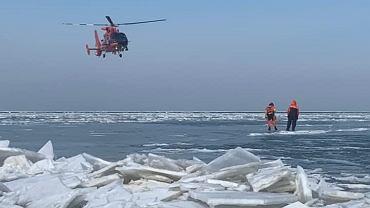 USA. Straż przybrzeżna uratowała 46 rybaków, którzy dryfowali na krze