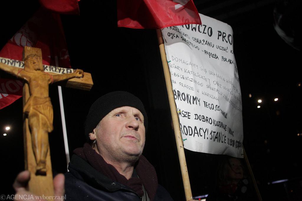 Protest przed Teatrem Powszechnym w związku z wystawieniem sztuki pt. 'Klątwa'.