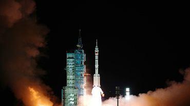 """Shenzhou-13 dotarł do """"Niebiańskiego Pałacu"""". To będzie najdłuższa misja kosmiczna w historii Chin [ZDJĘCIA]"""