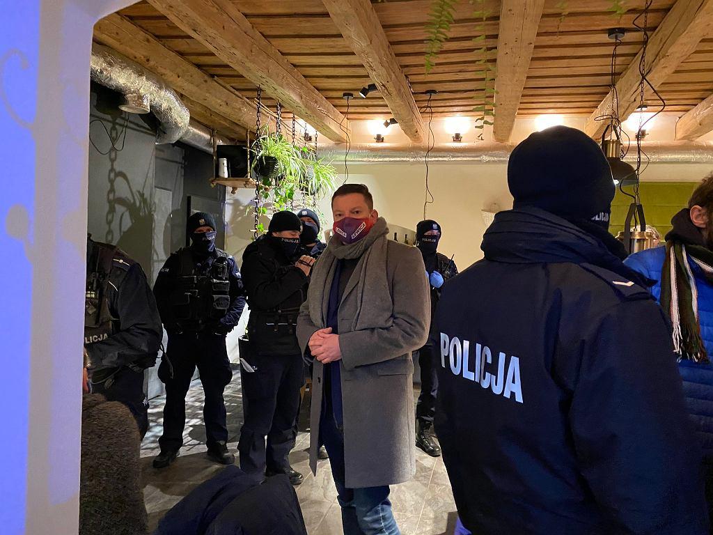 Cieszyn. Otworzyli restauracje pomimo zakazu. Na miejscu policja i sanepid (Twitter/Przemysław Koperski)