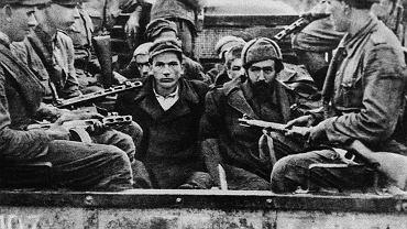 """1947 rok, trwa akcja """"Wisła"""". Żołnierze wiozą pojmanych w obławie partyzantów ukraińskiej UPA"""