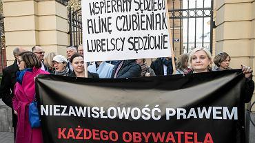 Lubelscy sędziowie zaprotestowali przeciwko sprawie dyscyplinarnej sędzi z Gorzowa Wielkopolskiego Aliny Czubieniak. Izba Dyscyplinarna SN orzekła, że sędzia niesłusznie uchyliła areszt dla 19-latka podejrzanego o napastowanie seksualne 9-latki. Sprawa prowadzona była we wrześniu 2016 r. Sędzia nie zgodziła się, by niepełnosprawny intelektualnie 19-latek trafił do aresztu. Mężczyzna nie potrafił czytać ani pisać, nie dostał też od początku postępowania obrońcy z urzędu. Decyzja sędzi nie spodobała się ministrowi sprawiedliwości Zbigniewowi Ziobrze, który domagał się dla niej dyscyplinarki. Czubieniak została ukarana w marcu tego roku przez nową Izbę Dyscyplinarną Sądu Najwyższego. W czwartek w jej obronie stanęli sędziowie z całej Polski. W Lublinie protest odbył się o godzinie 14 przed budynkiem Sądu Rejonowego przy Krakowskim Przedmieściu. Kilkadziesiąt osób miało ze sobą transparenty z hasłami: 'Wspieramy sędziego Alinę Czubieniak - lubelscy sędziowie' i 'Niezawisłość prawem każdego obywatela'. Akcję zorganizował lubelski oddział stowarzyszenia 'Iustitia'.