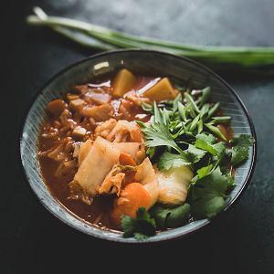 Kimchi można jeść jako przekąskę, ale jest też świetnym składnikiem dań na ciepło