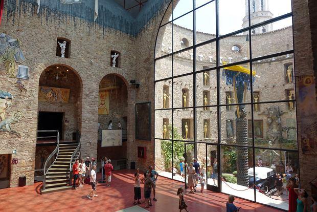 Wnętrze Teatro-Museo Dali w Figueres
