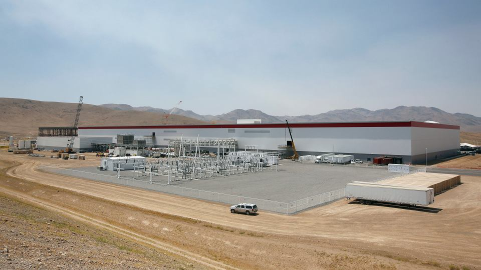 Tesla Gigafactory na pustyni w Nevadzie - jej otwarcie do 2018 r. podwoi światową produkcję akumulatorów