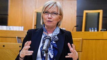 Prezes Trybunału Konstytucyjnego Julia Przyłębska powiedziała dziś, że nie było przesłanek do wyłączenia ze składu orzekającego ws. pisowskiej ustawy o zgromadzeniach sędziego, który wcześniej opiniował ustawę.