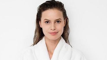 Jak często myć włosy? Sprawdzamy, czy metoda kubeczkowa albo detoks od szamponu służą włosom i skórze głowy