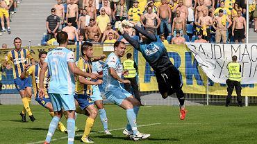 Mecz Stomil Olsztyn - Arka Gdynia został rozegrany na stadionie w Ostródzie (2013 r.)