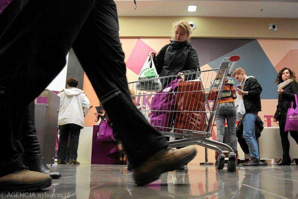 Zakupy w sklepie. Zdjęcie ilustracyjne