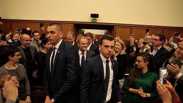 3.05.2019, Donald Tusk wkracza do Sali im. Mickiewicza w Auditorium Maximum na Uniwersytecie Warszawskim aby wygłosić wykład.