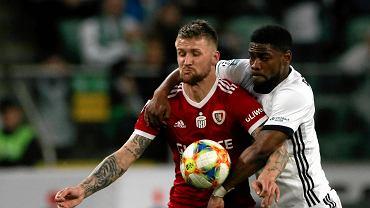 Legia Warszawa - Piast Gliwice 0:1. Piotr Parzyszek i William Remy w walce o piłkę