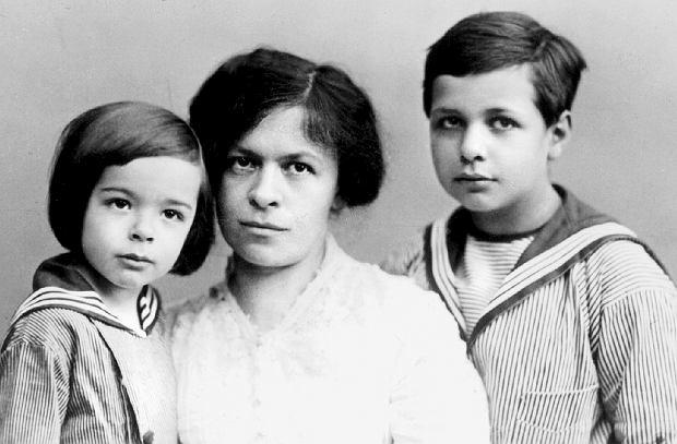 Mileva Marić z synami na zdjęciu z 1914 r. Z lewej Eduard (1910-65), z prawej Hans Albert (1904-73)