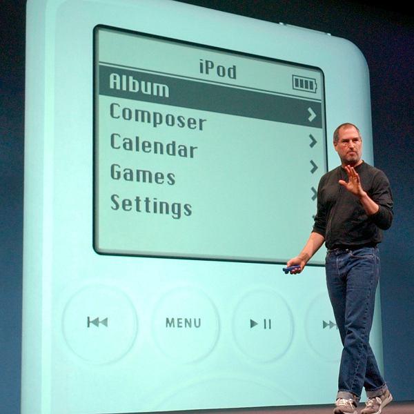 Steve Jobs prezentuje iPoda, 2003 rok