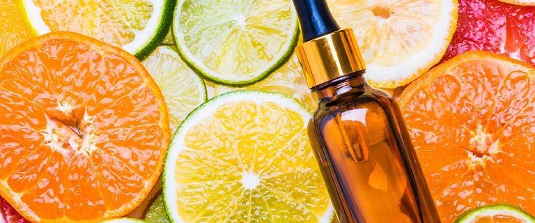 Witamina C na twarz - kosmetyki, które skutecznie przeciwdziałają zmarszczkom i przebarwieniom
