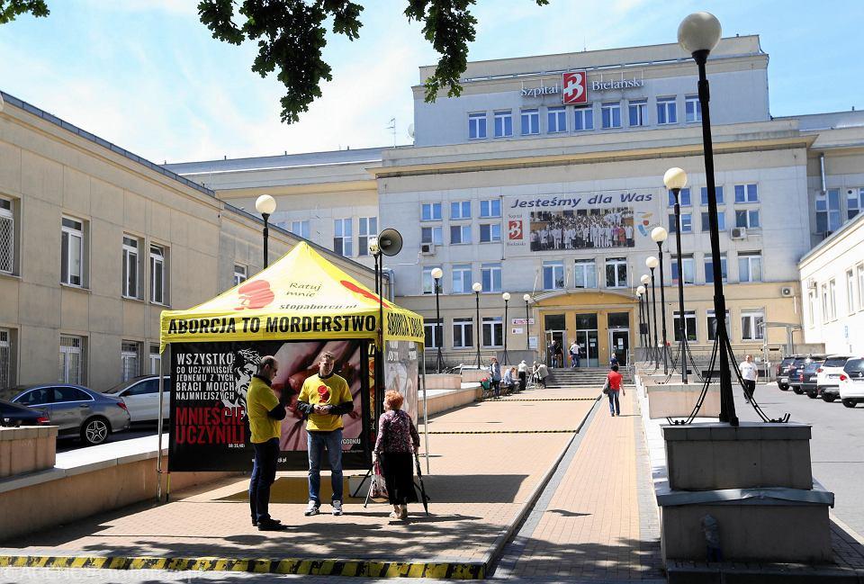 Namiot rozbity przez przeciwników aborcji przed Szpitalem Bielańskim