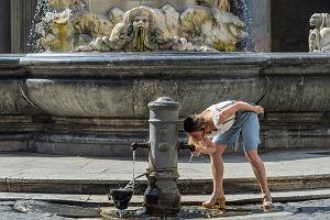 Nagi tors oraz dotykanie ustami fontanny podczas picia wody. Czego jeszcze zakazano w Rzymie?