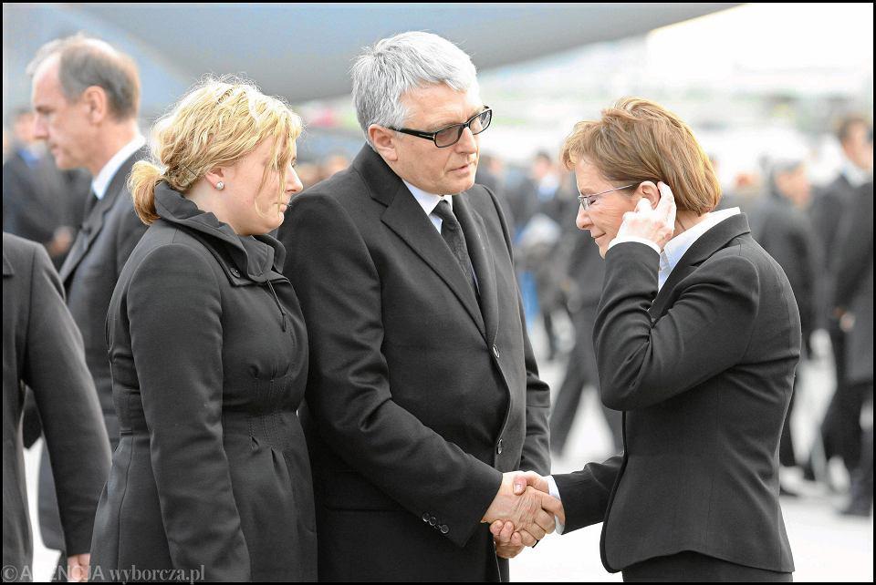 Rodzina tragicznie zmarłej wicemarszałek Sejmu Krystyny Bochenek i minister zdrowia Ewa Kopacz podczas ceremonii na lotnisku, gdzie przywieziono 34 trumny z ciałami ofiar katastrofy prezydenckiego tupolewa