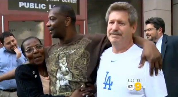 53-letni Amerykanin Kash Delano Register ostatnie 34 lata życia spędził w więzieniu. Został skazany za morderstwo, jednak teraz sędzia unieważnił ten wyrok. Delano wyszedł na wolność i spotkał się z rodziną