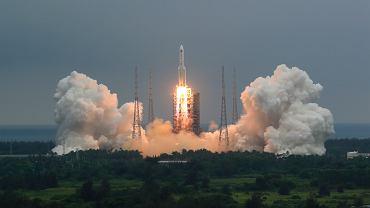 Fragment chińskiej rakiety może spaść na Ziemię. 'Nie jest dobrze'. Na zdjęciu rakieta Long March 5B