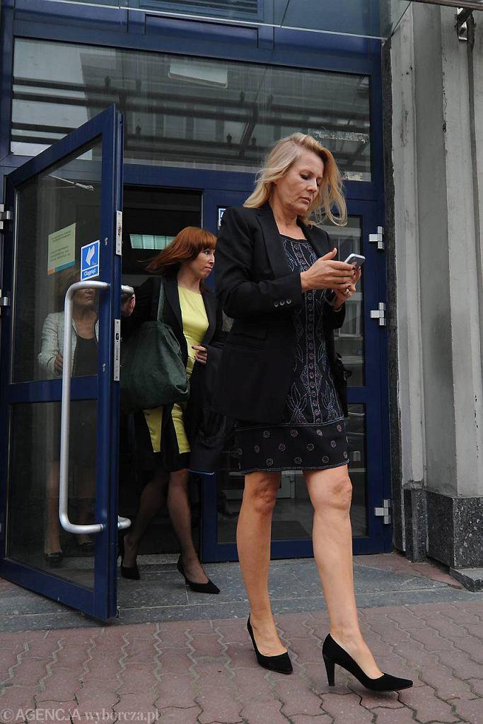 Grażyna Szapołowska wychodzi z sądu