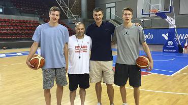 Od lewej: Szymon Wójcik, trener reprezentacji Polski Mike Taylor, Adam Wójcik oraz Jan Wójcik