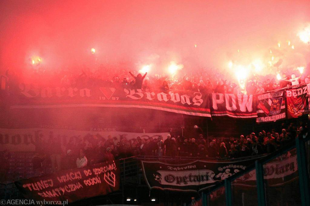 Lech Poznań - Zagłębie Sosnowiec 1:0 w półfinale Pucharu Polski. Kibice Zagłębia Sosnowiec odpalili race na trybunie gości