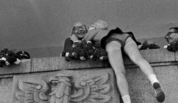22 lipca 1966 r., Warszawa. I sekretarz KC PZPR Władysław Gomułka otrzymuje rzekomo 'spontanicznego' całusa z okazji Święta Odrodzenia Polski