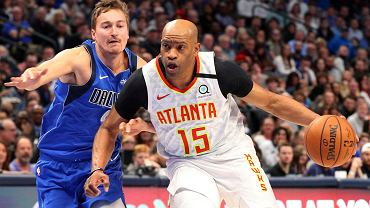 Vince Carter (z prawej) i  Ryan Broekhoff z Dallas Mavericks